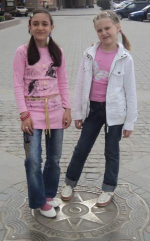 Моя дочуня (справа) и её двоюродная сестрёнка