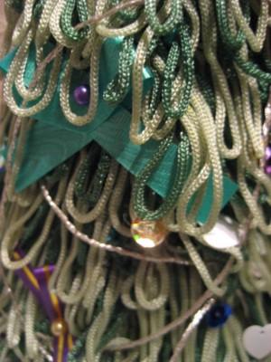 А вот чем мы нашу ёлочку украшали: упаковочная цветочная лента для бантиков, булавки швейные вместо шариков, пайетки вместо елочных игрушек