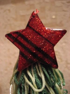 А звезда на елке из двух больших декоративных пуговиц