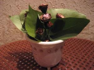 Этот чудо - цветок мы сотворили из шишек, листьев, бусин и старых пуговиц