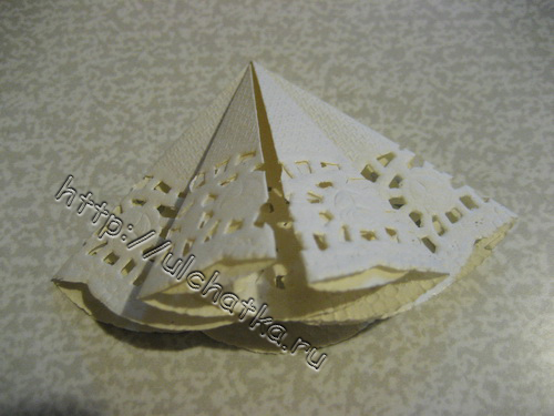 Объёмная ёлочка из ажурной бумажной салфетки на новогоднюю открытку