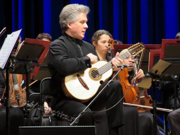 Юрий Нугманов играет на десятиструнной гитаре куатро